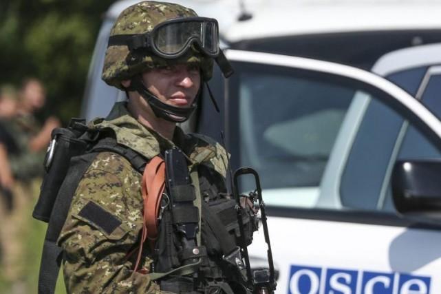 Un homme armé prorusse.... (PHOTO SERGEI KARPUKHIN, REUTERS)
