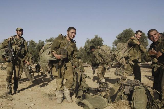 Des soldats israéliens à la frontière entre Israël... (PHOTO DAVID BUIMOVITCH, AFP)