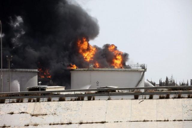 L'incendie a été causé par une roquette tirée... (PHOTO HANI AMARA, REUTERS)