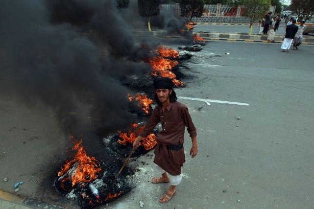 À Sanaa, des manifestants ont incendié des pneus... (PHOTO MOHAMMED HUWAIS, AFP)