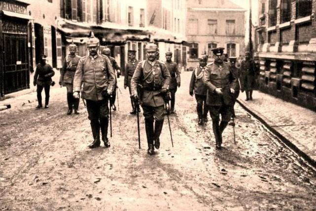De gauche à droite : Hindenburg, le Kaiser... (Photo Das Bundesarchiv)