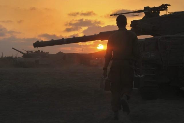 L'armée israélienne a mobilisé 16 000 réservistes supplémentaires portant leur... (Photo AFP)