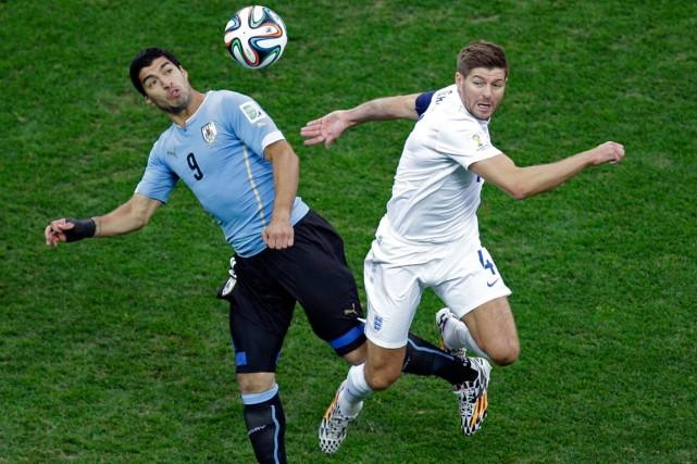 Luis Suarez et Steven Gerrard... (Photo Michael Sohn, AP)