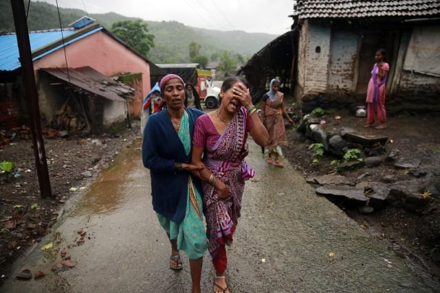 Une femme pleure la mort d'un proche après... (Photo Rafiq Maqbool, AP)