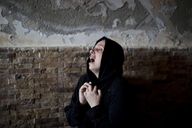 Une Palestinienne pleure la mort de son frère.... (PHOTO MAHMUD HAMS, AFP)