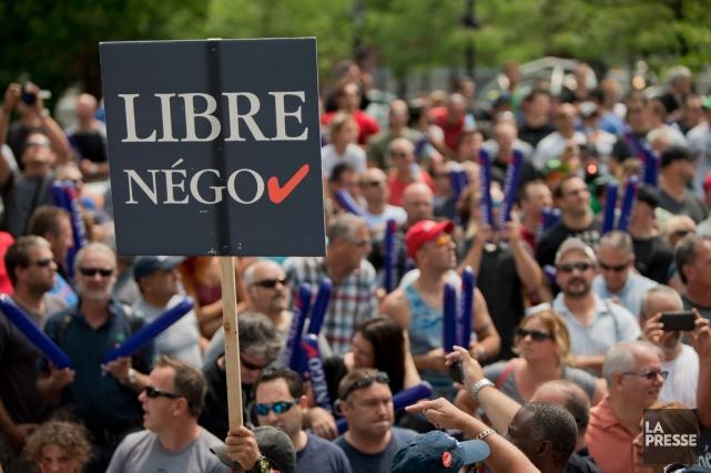 Des employés municipaux manifestant contre le projet de... (PHOTO SÉBASTIEN PÉDRAGLIO, ARCHIVES LA PRESSE)