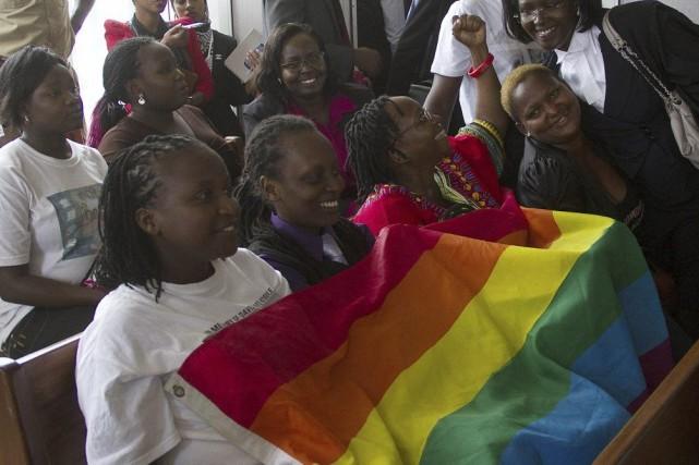 Des membres de la communauté gaie se réjouissent... (PHOTO ISAAC KASAMANI, AFP)