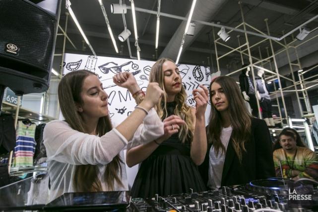 Les soeurs Haim officiaient hier aux platines dans... (Photo: Olivier Pontbriand, La Presse)