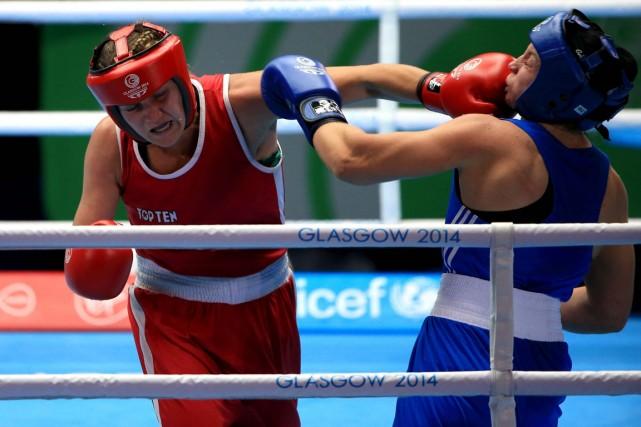 La boxeuse québécoise Ariane Fortin (à gauche) a... (Photo Peter Byrne, AP)