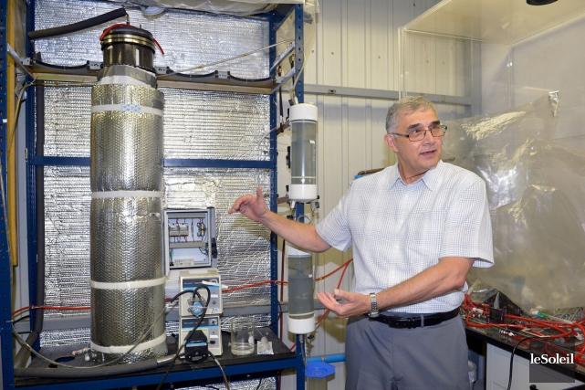 Gerardo Buelna montrant un modèle réduit du système... (Le Soleil, Jean-Marie Villeneuve)