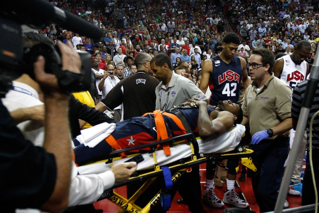 Paul George a été transporté hors du terrain... (Las Vegas Review-Journal, Jason Bean, Associated Press)