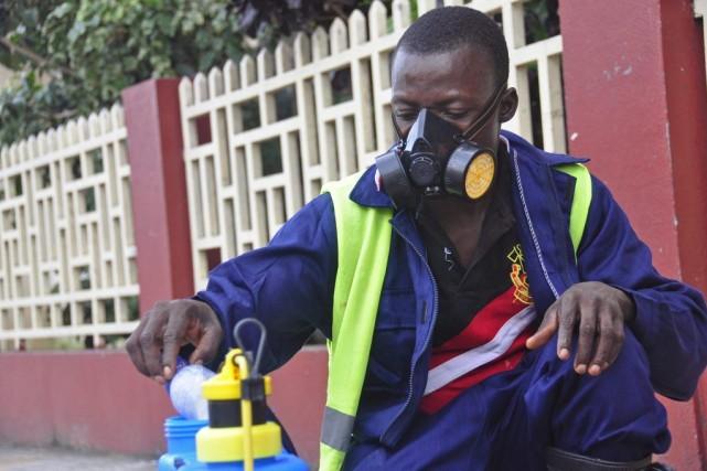 Un employé municipal prépare une solution de désinfectant... (Photo Abbas Dulleh, AP)
