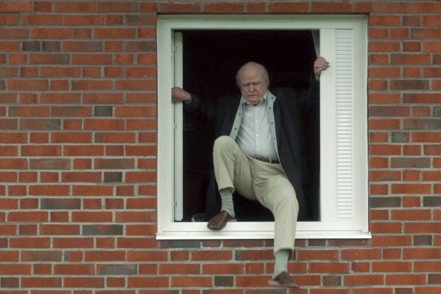 The Hundred-Year-Old Man Who Climbed Out the Window and Disappeared (IMAGE TIRÉE D'UNE VIDÉO)