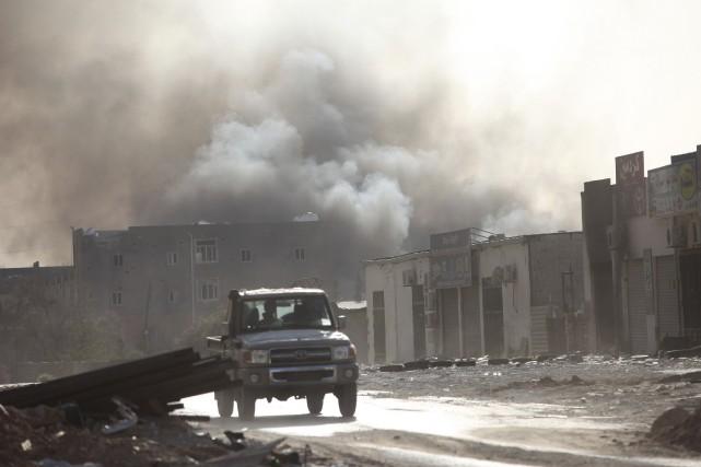Un immense nuage de fumée noir s'échappant d'un... (Photo HANI AMARA, Reuters)