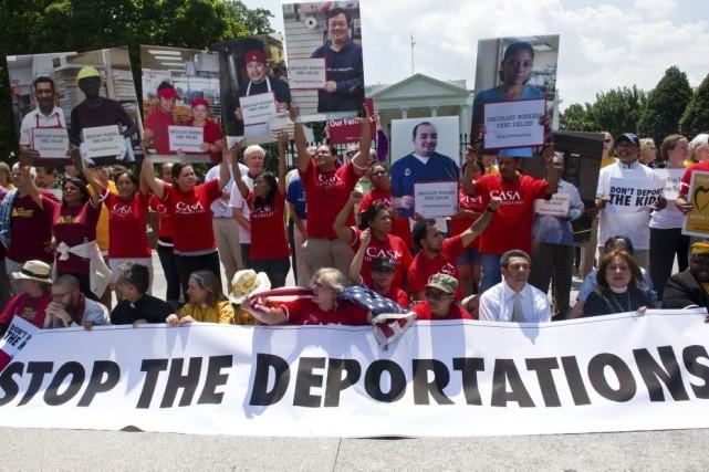 Des manifestants ont réclamé la fin des déportations... (PHOTO KAREN BLEIER, AFP)