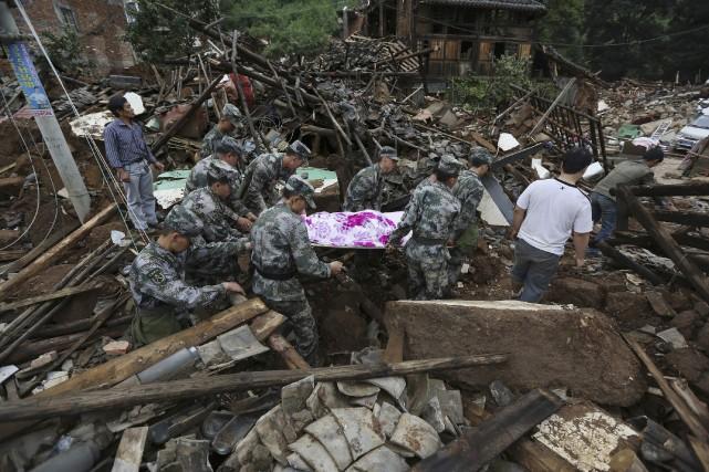 De fortes pluies compliquaient la tâche des secouristes,... (Photo WONG CAMPION, REUTERS)