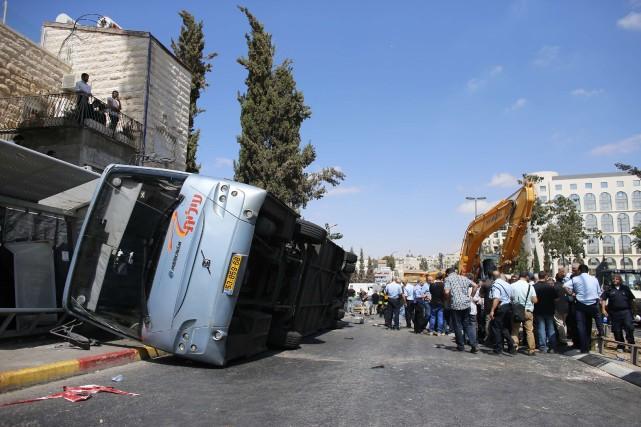 Sur les lieux de l'attaque, où gisait encore... (Photo AMMAR AWAD, Reuters)
