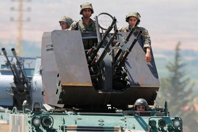 Des soldats libanais sont déployés dans la ville... (PHOTO JOSEPH EID, AGENCE FRANCE-PRESSE)