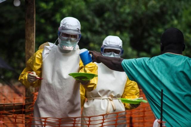 Du personnel médical de Médecins sans frontières apportent... (PHOTO TOMMY TRENCHARD, ASSOCIATED PRESS)