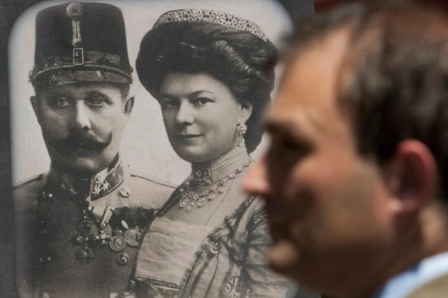 Un visiteur passe devant le portrait de de... (Photo Amel Emric, archives Associated Press)