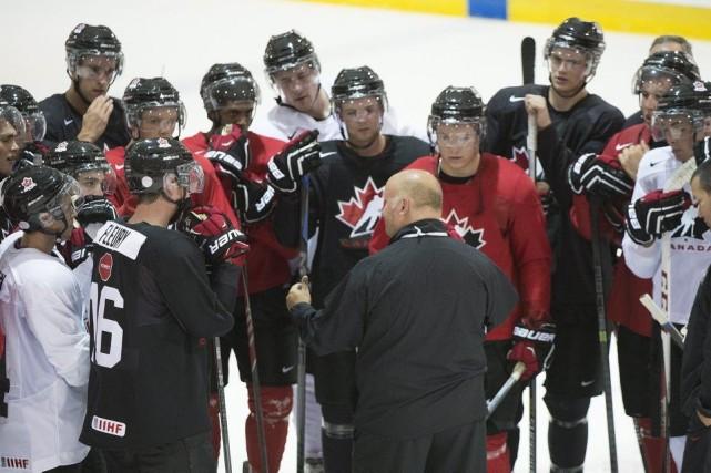 L'entraîneur-chef Benoît Groulx donne des directives aux joueurs,... (PHOTO GRAHAM HUGUES, PC)