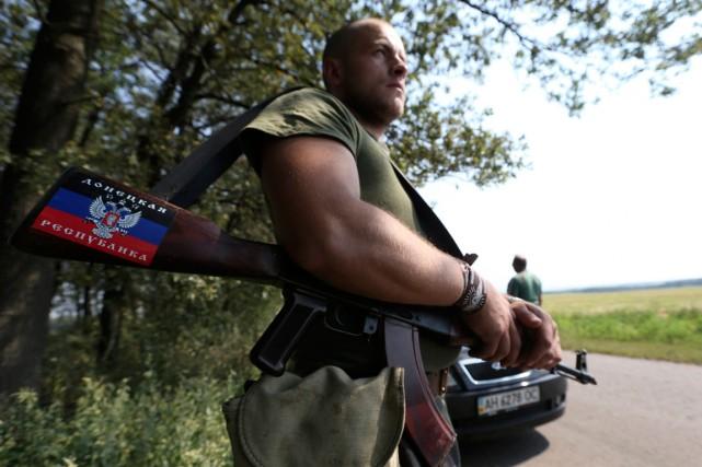 Un séparatiste prorusse garde un point de contrôle... (Photo Sergei Karpukhin, Reuters)