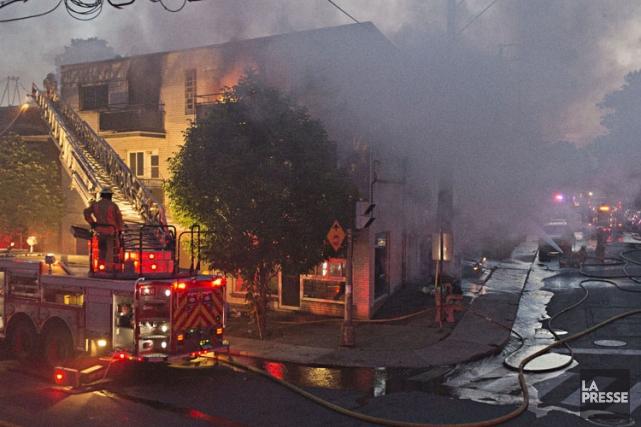 Un incendie majeur s'est déclaré un peu avant 21h lundi soir dans un bâtiment... (Photo: Félix O.J. Fournier, Collaboration spéciale)