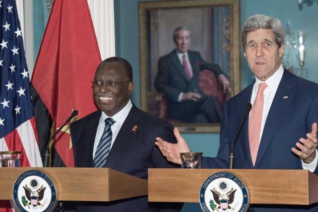 Le secrétaire d'État des États-Unis John Kerry (à...