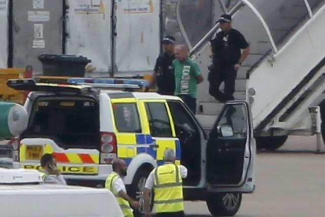 Un homme a été escorté à la sortie... (Photo Andrew Yates, Reuters)