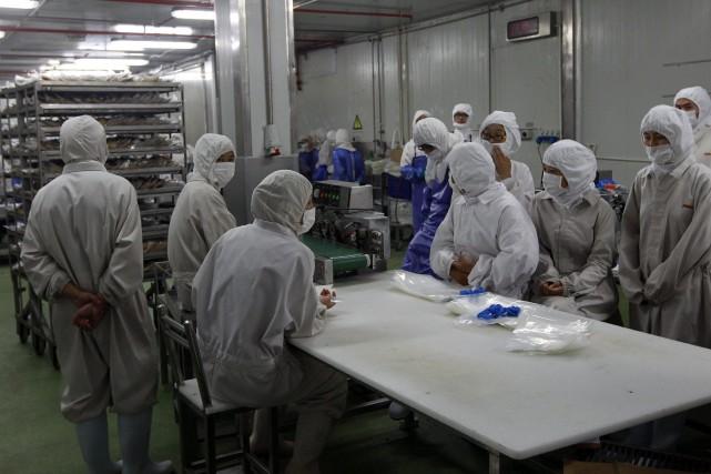 Ayant inspecté l'usine incriminée après un reportage accusatoire... (Photo Pei Xin, AP)