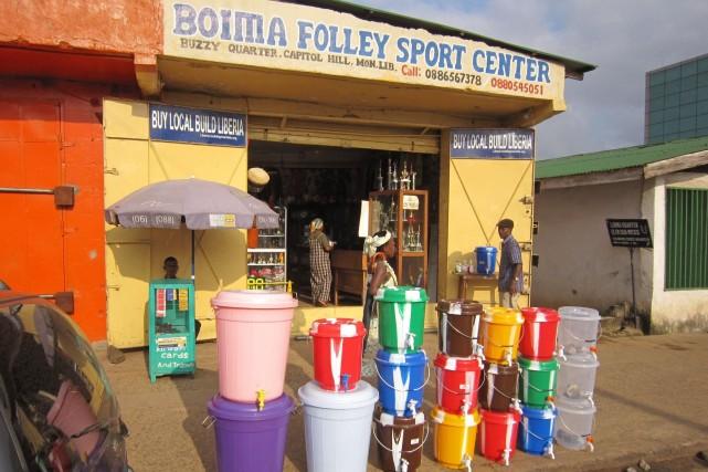 Dans les boutiques d'Afrique de l'Ouest, certains produits... (Photo Jonathan Paye-Layleh, AP)