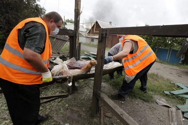 Une femme a été tuée par les bombardements,... (Photo Sergei Grits, AP)