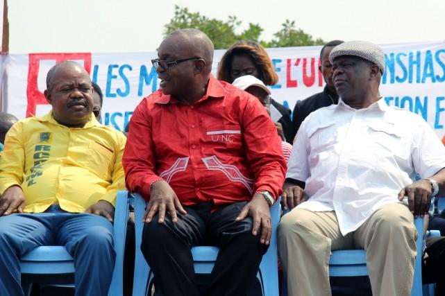 Le député Jean-Bertrand Ewanga (au centre),secrétaire général de... (Photo Kathy Katayi Kayembe, AFP)