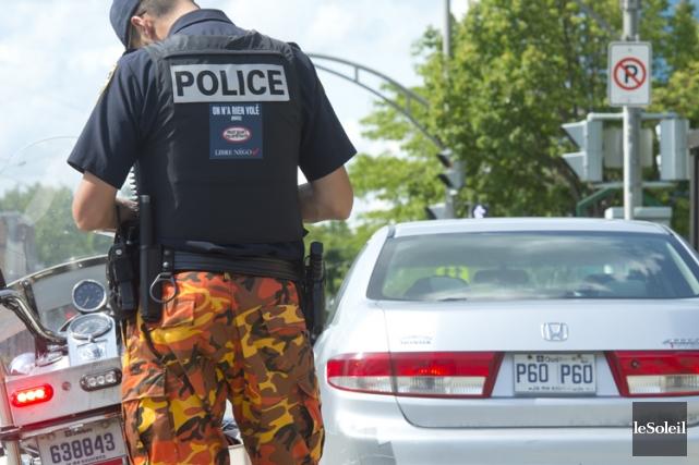 Les agents membres de la Fraternité des policiers... (PHOTO ERICK LABBÉ, LE SOLEIL)