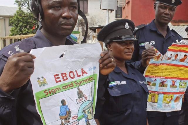 Les autorités tentent d'informer la population des symptômes... (PHOTO YOUSSOUF BAH, ASSOCIATED PRESS)
