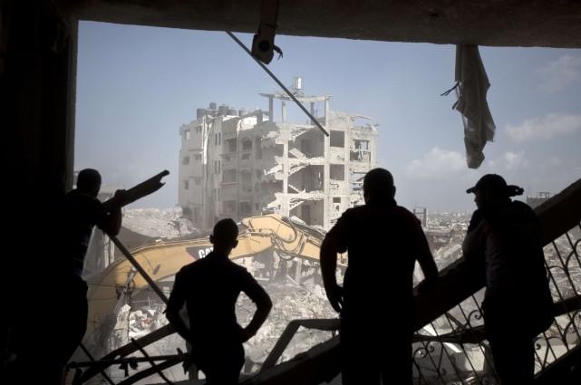 Sous le choc de la dévastation après celui... (Photo MAHMUD HAMS, AFP)