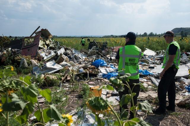 Des enquêteurs australiens, néerlandais et malaysiens inspectent le... (Photo AP)