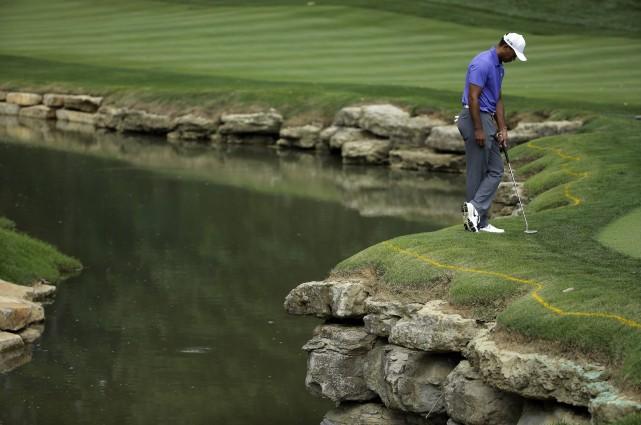 Une des balles de Woods est tombée dans... (Photo Jeff Roberson, AP)