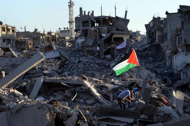 Des résidants de la bande de Gaza marchent... (PHOTO ROBERTO SCHMIDT, AFP)