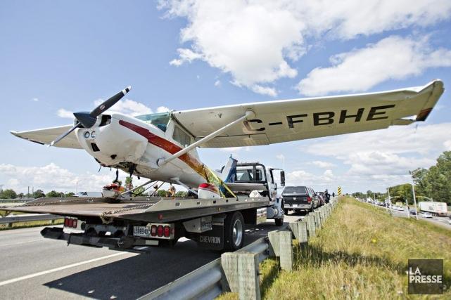 Un petit avion s'est posé sur la voie... (PHOTO FÉLIX O.J. FOURNIER, COLLABORATION SPECIALE)