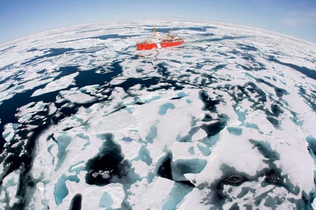 LeNGCC Louis S. St-Laurent dans labaie de Baffin,... (PHOTO JONATHAN HAYWARD, ARCHIVES PC)