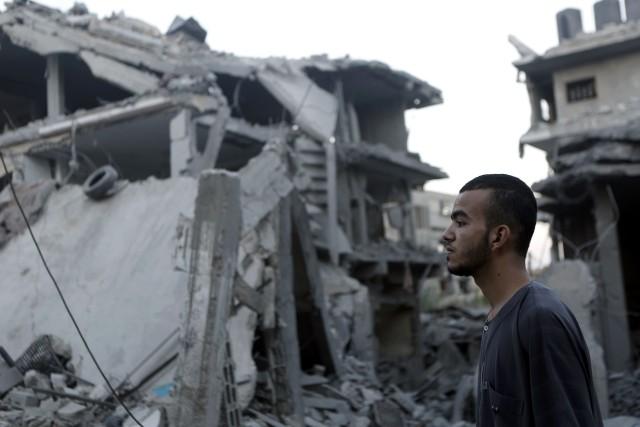 Un homme regarde les ruines près d'un camp... (PHOTO MOHAMMED ABED, AFP)