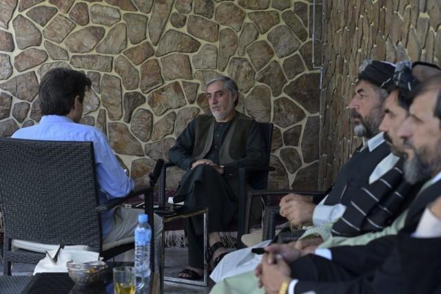 Samedi, le candidatAbdullahAbdullah (au centre)s'est voulu rassurant: «si... (PHOTO WAKIL KOHSAR, AFP)
