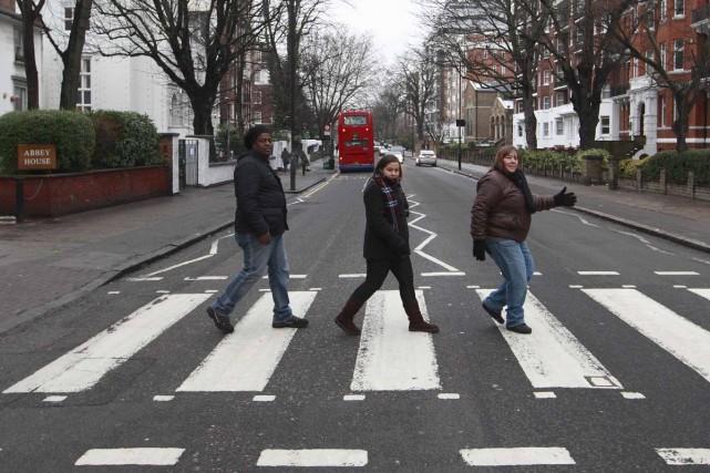 Le passage piéton d'Abbey Road, rendu célèbre par... (Photo Reuters)