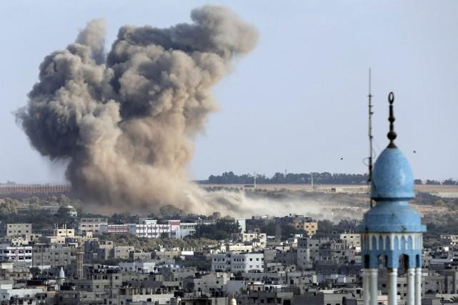 Les appareils israéliens ont frappé samedi une cinquantaine... (Photo Lefteris Pitarakis, AP)