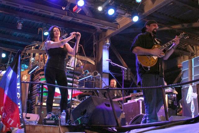 Steven Seagal et ses musiciens ont joué samedi... (Photo YURI LASHOV, AFP)