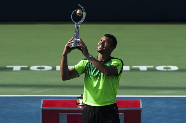 Jo-Wilfried Tsonga pose avec son trophée après avoir... (Photo: PC)