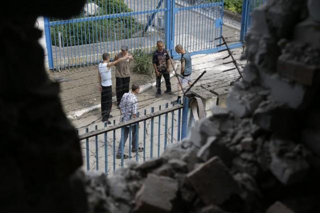Des tirs d'artillerie ont détruit une partie des... (PHOTO SERGEI GRITS, AP)