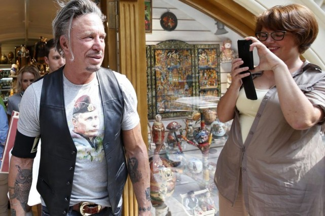 Mickey Rourke s'est offert lundi un t-shirt à... (Photo: Reuters)