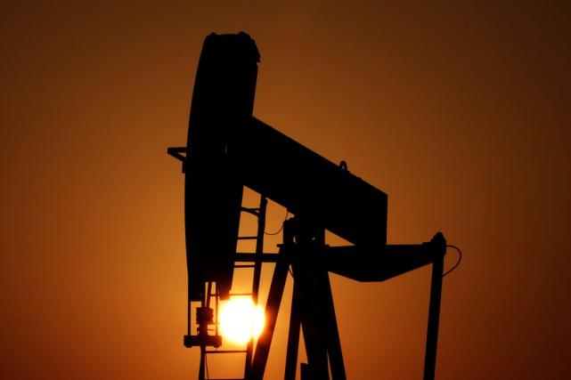 Les cours du pétrole ont fini en fort recul mercredi à New York, à leur plus... (PHOTO HASAN JAMALI, ARCHIVES AP)